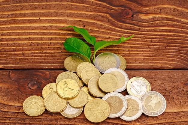 Pile de pièces d'argent et concept financier de l'usine de plus en plus