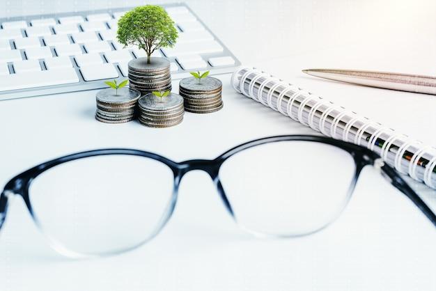 Pile de pièces d'argent avec des finances de livre de compte pour le fond. concept bancaire