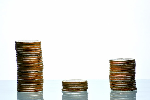 Pile de pièces d'argent en pleine croissance des affaires sur fond blanc isolé, concept de dépenser de l'argent.