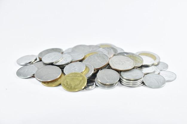Pile de pièces d'argent sur une surface blanche
