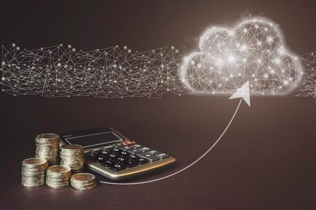 Pile de pièces et calculatrice sur fond marron avec nuage poly faible. concept d'économie d'argent financier