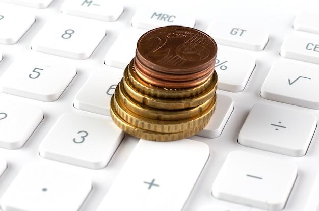 Pile de pièces sur la calculatrice, idée de concept pour la finance d'entreprise et l'éducation.
