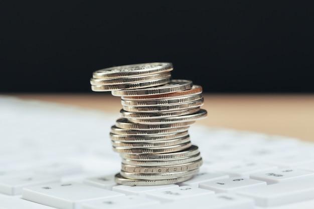 Pile de pièces et calculatrice, idée de concept pour la finance d'entreprise