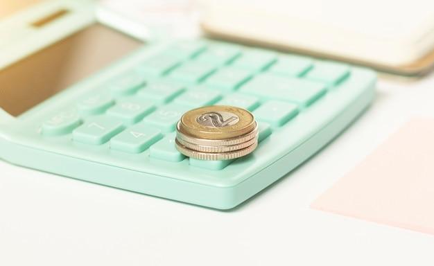 Pile de pièces sur la calculatrice, idée de concept pour la finance d'entreprise