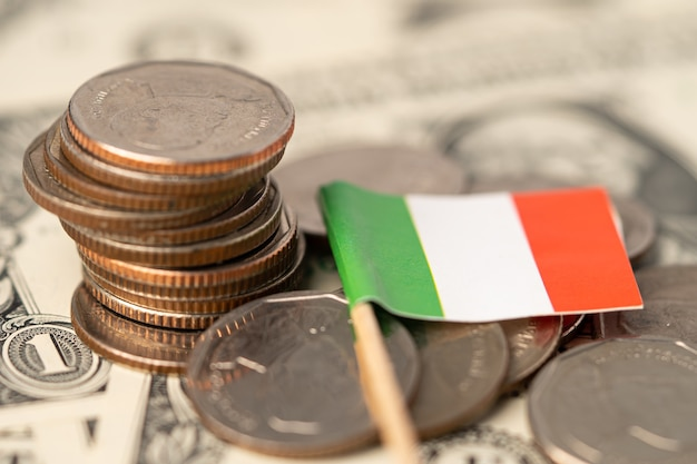 Pile de pièces avec le drapeau de l'italie sur blanc