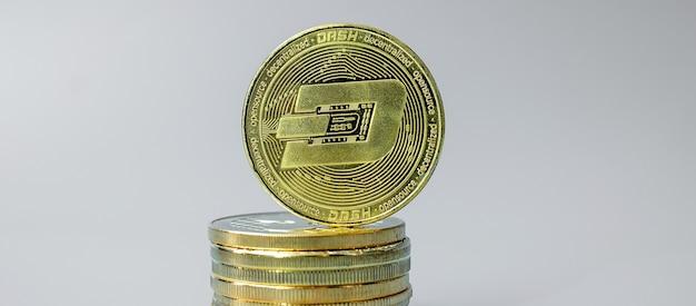 Pile de pièces de monnaie dash doré sur fond gris