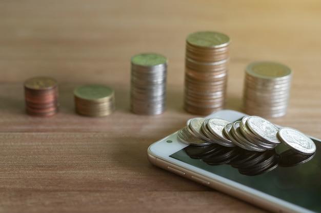Pile de pièces de monnaie économisant de l'argent et des revenus ou des idées d'investissement gestion financière pour