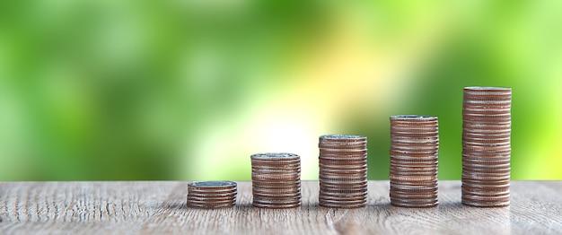 Pile de pièces de monnaie est empilée dans une forme de graphique.