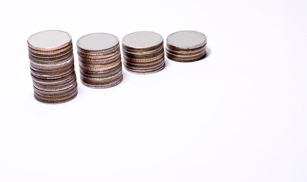 Pile de pièces de monnaie sur fond blanc, pièces d'argent et d'or sur fond blanc