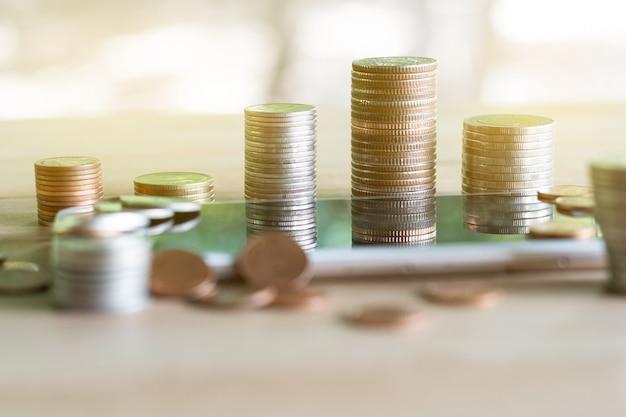 Pile de pièces de monnaie permettant d'économiser de l'argent et des revenus ou des idées d'investissement et la gestion financière.