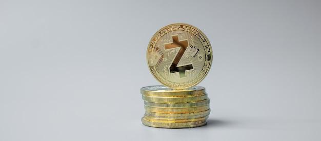 Pile de pièces de monnaie zcash doré sur fond gris