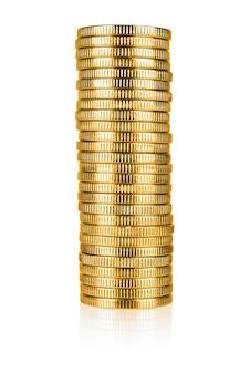 Pile de pièces d'or isolé sur fond blanc avec un tracé de détourage