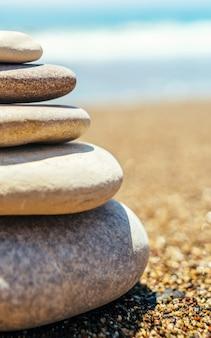 Pile de pierres zen sur la plage près de la mer