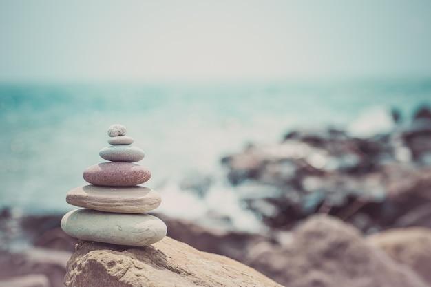 Pile de pierres zen près de la mer. harmonie, équilibre.