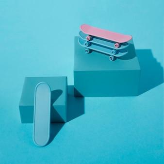 Pile de planches à roulettes sur fond bleu