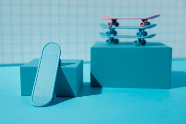 Pile de planches à roulettes avec fond bleu
