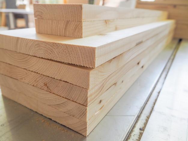 Pile pliée en pin. charpenterie. planches de bois repliées les unes sur les autres.
