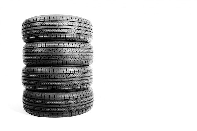 Pile de pneus de voiture sur fond blanc