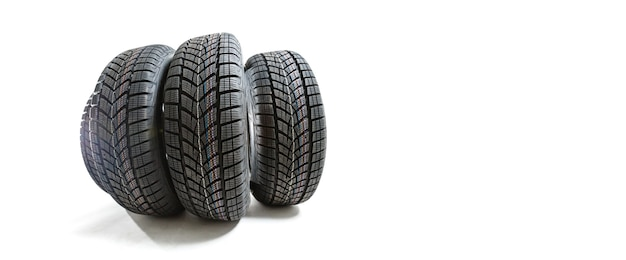 Pile de pneus de voiture sur fond.