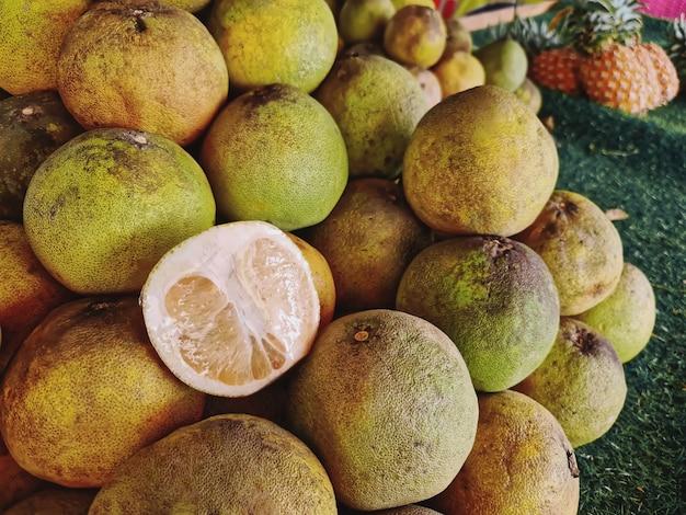 Pile de pomelo fruits frais à vendre