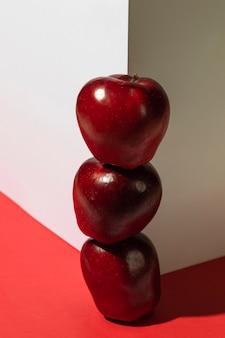 Pile de pommes rouges à côté du coin