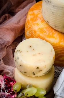 Pile de produits fromagers sains faits maison et raisins sur fond de tissu