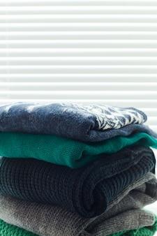 Pile de pulls tricotés confortables blancs