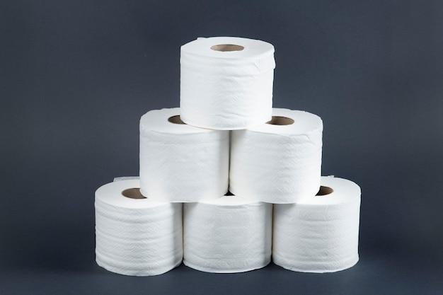 Pile de rouleaux de papier toilette