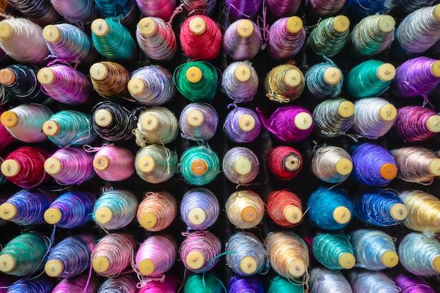 Pile de rouleaux de soie colorés.