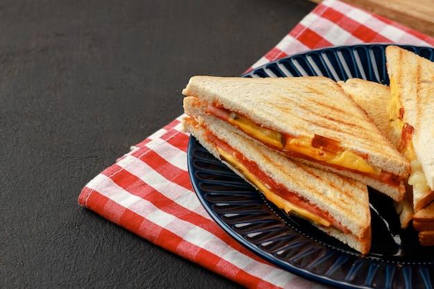 Pile de sandwichs triangle en plaque close up