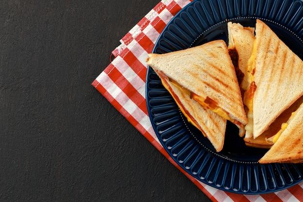 Pile de sandwichs triangle en plaque gros plan sur la table