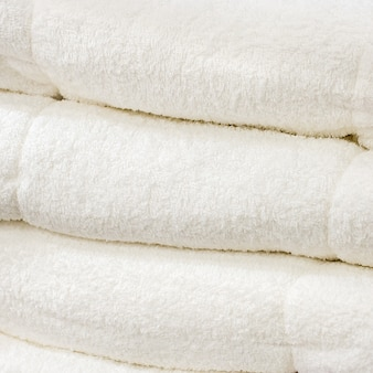 Pile de la serviette blanche.