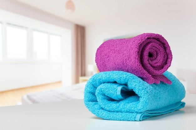 Pile de serviettes de bain sur le bureau blanc closeup