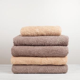 Une pile de serviettes de bain fraîches pliées sur la table.