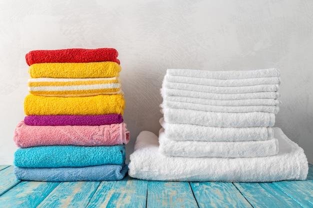Pile de serviettes de bain sur la table en bois