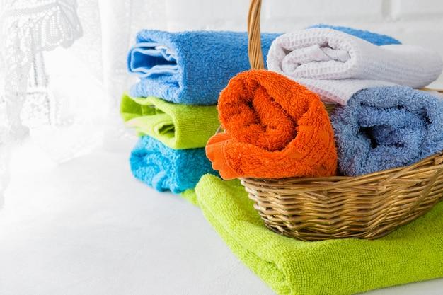 Pile de serviettes douces propres sur fond blanc