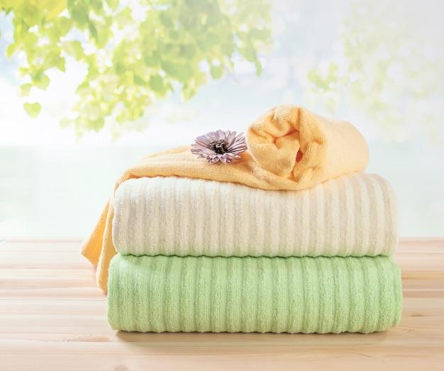 Pile de serviettes éponge, différentes couleurs de serviettes en pile