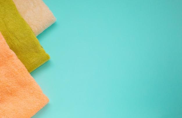 Pile de serviettes éponge sur un fond vert