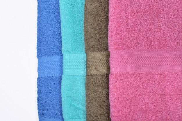 Pile de serviettes pliées bien rangées