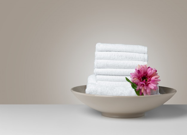 Pile de serviettes de spa blanches pliées