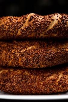 Une pile de simit turc avec des graines de sésame, macro