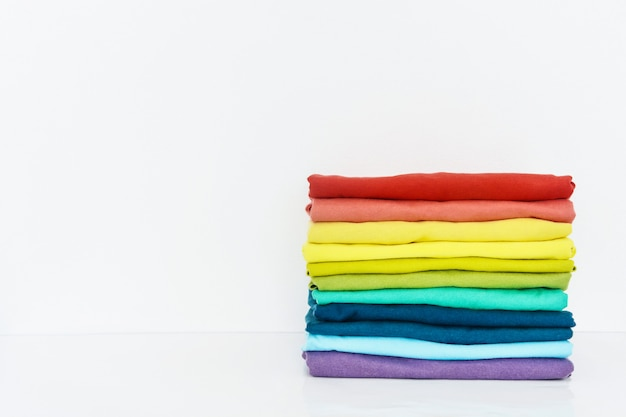 Pile de t-shirt coloré sur fond blanc