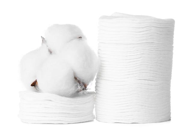 Pile de tampons de coton et fleur de coton isolated on white