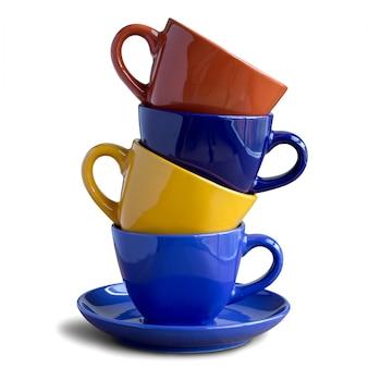 Pile de tasses à café colorées isolées sur blanc