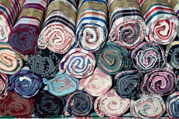 Pile de tissu de pagne en soie de thaïlande. rouleau de pagne thaïlandais à vendre au marché en thaïlande