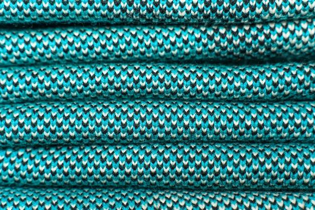 Pile de tissu tricoté bleu, vêtements d'hiver tricotés.