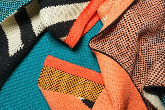 Une pile de tissus tricotés synthétiques multicolores de différentes structures et textures