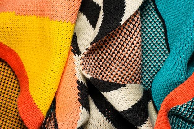 Une pile de tissus tricotés synthétiques multicolores de différentes structures et textures.