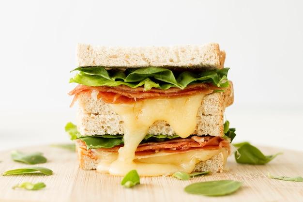 Pile de toasts frais avec du fromage et des légumes