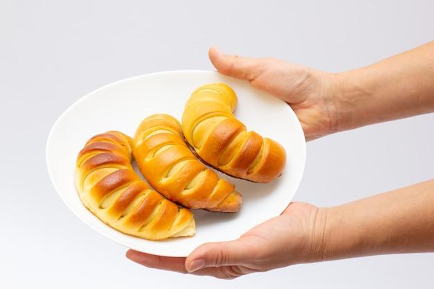Pile de tout bagels sur fond blanc tarte sur plat donats nourriture maison mères nourriture maison confortable
